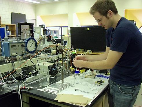 Student using conductivity apparatus